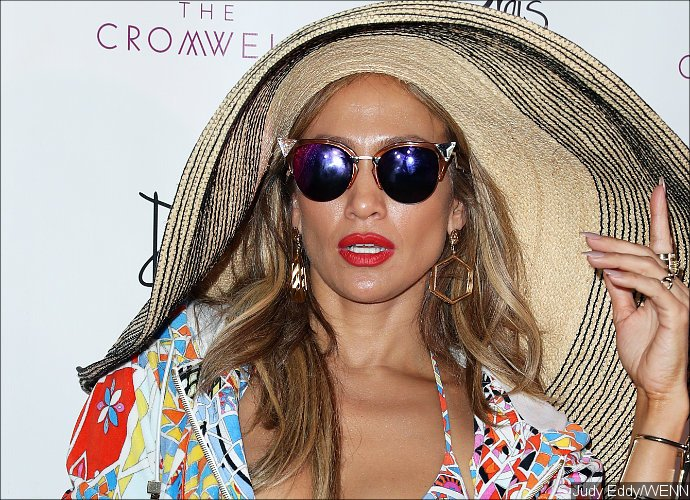 Jennifer Lopez Flaunts Major Cleavage During Holiday With Twins And Beau